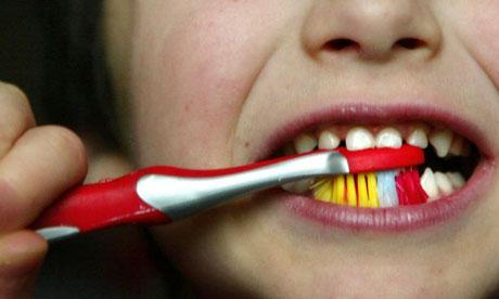 Чистка зубов пастой